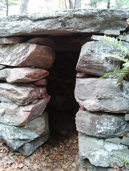 americas-stonehenge-entryway-www.stowandtellu.com