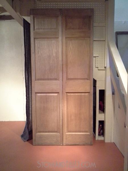 makeshift-under-stairs-storage-cover-old-door-http://stowandtellu