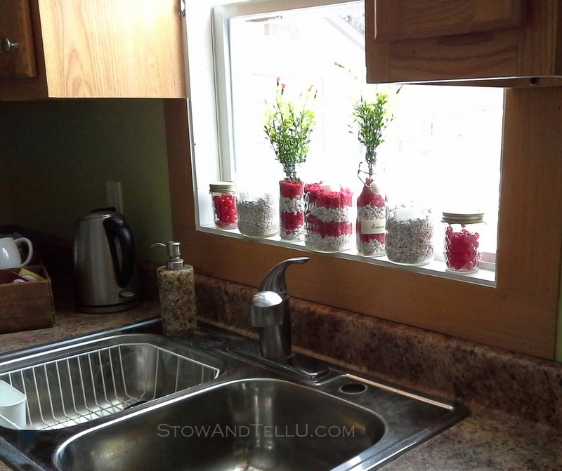 Cheap and easy decor idea using aquarium gravel. Use red and white for Valentines Day. You can also fill jars with sour cherries or red hots - Stow and TellU