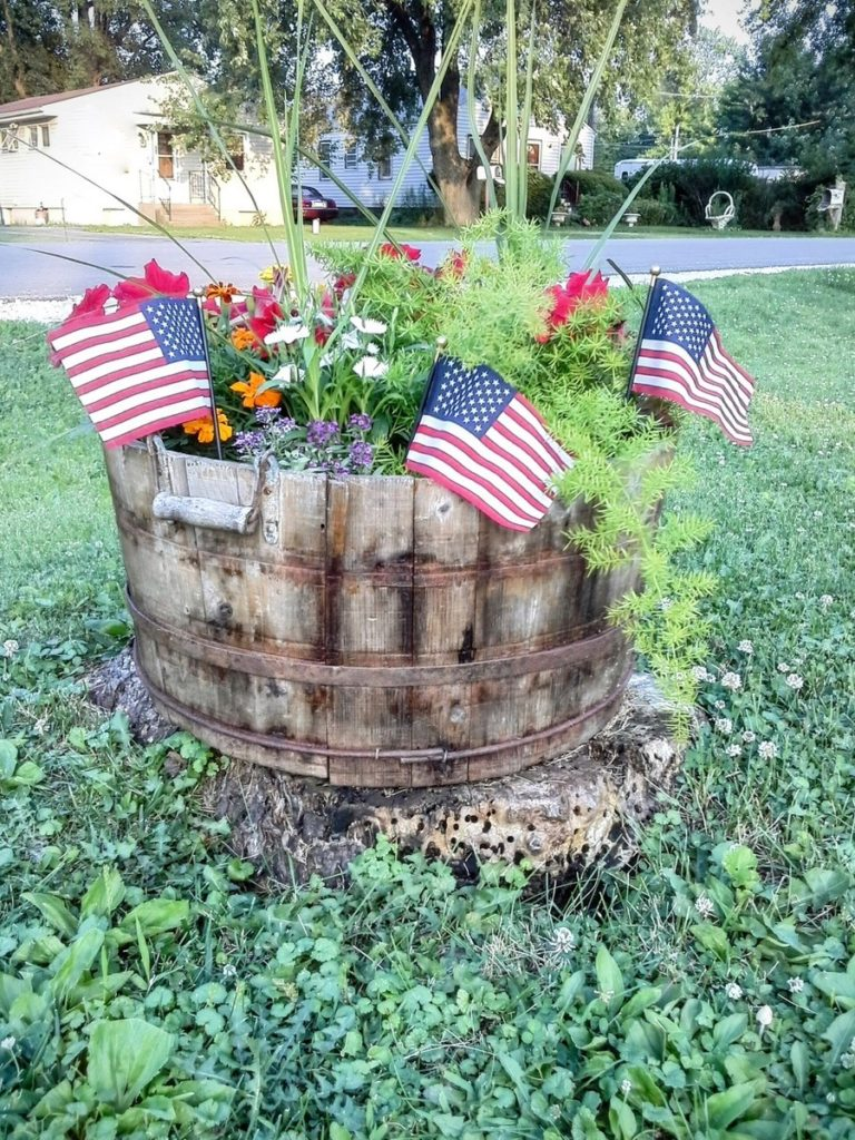 4th of july simple outdoor party decor - StowandTellU.com