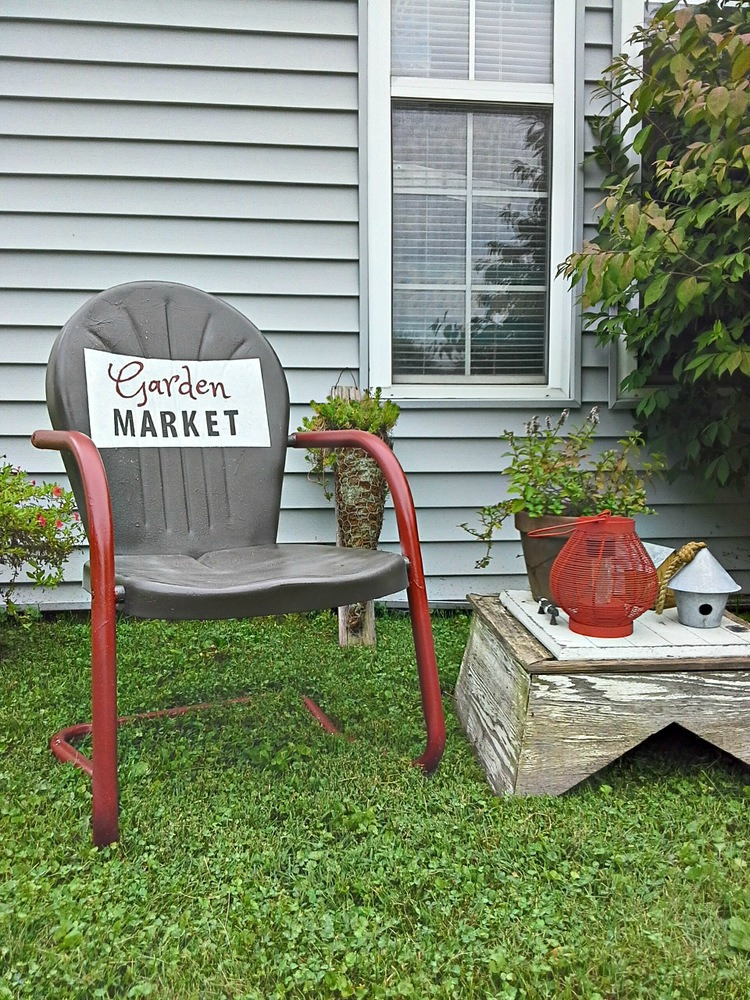 Two tone vintage metal lawn chair with sign - stowandtellu.com