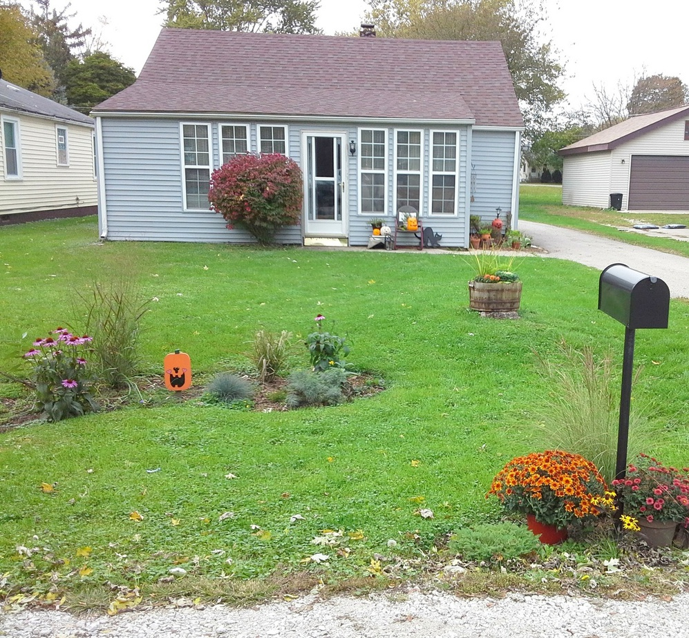 Small Porch Designs Can Have Massive Appeal: Front Yard Update And Halloween Porch {YardWorkation 5