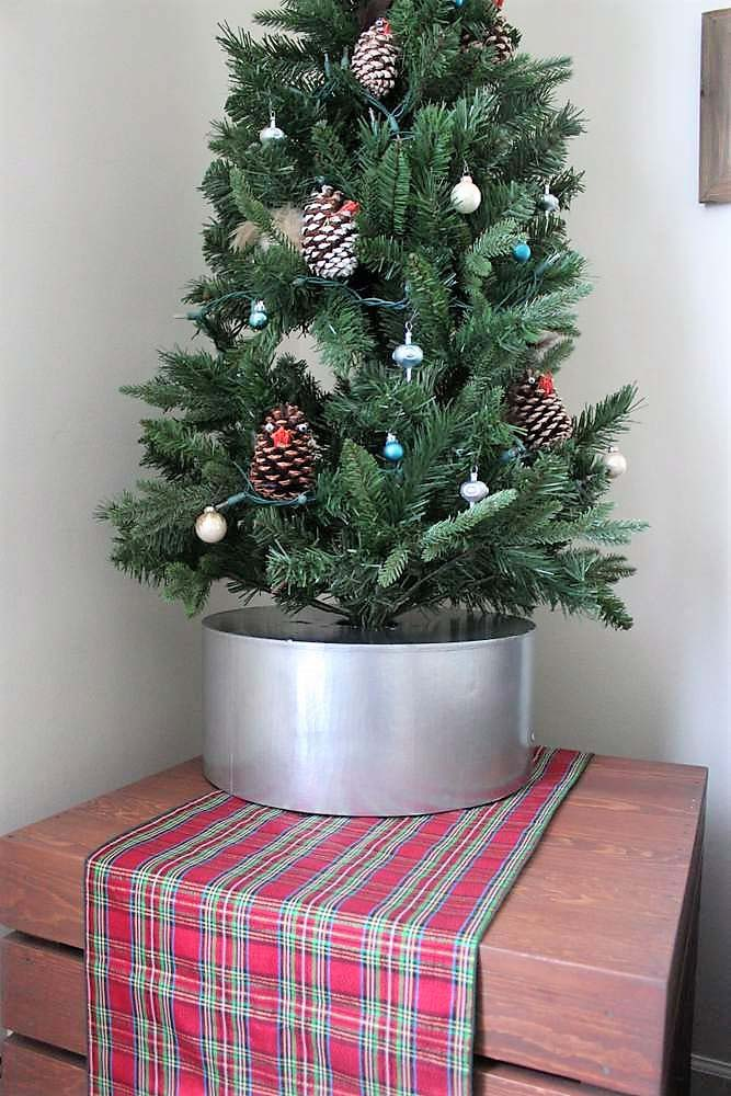 Faux tin bucket diy Christmas tree collar base | stowandtellu.com