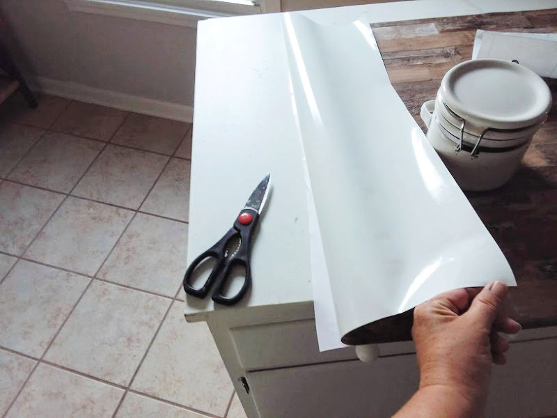 Cutting wall paper to fit countertop
